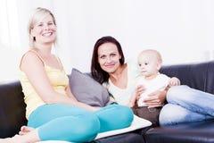 Famille dans le salon avec le bébé garçon. Photos stock