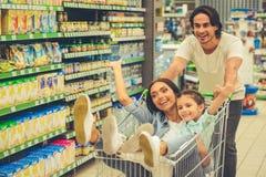 Famille dans le supermarché Photo stock