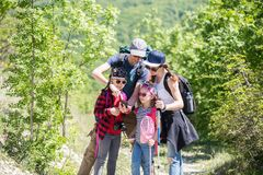 Famille dans une hausse photographie stock libre de droits