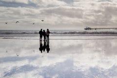 Famille dans une plage appréciant leur temps de qualité Photo stock
