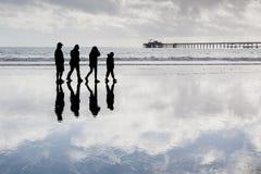 Famille dans une plage appréciant leur temps de qualité Images stock