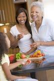 Famille de 3 rétablissements préparant un repas photo libre de droits