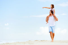 Famille de balade de plage Image stock