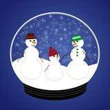 Famille de bonhomme de neige en globe de neige Photographie stock libre de droits