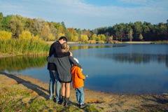 Famille de côté de lac mère et fils de père Photo libre de droits