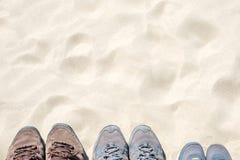 Famille de chaussures de course, la vue supérieure du sable, vacances et vacances Image libre de droits