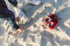 Famille de chaussures en caoutchouc sur la plage Photos stock