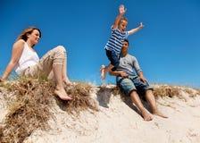 Famille de chemin mélangé passant le week-end à l'extérieur Image libre de droits