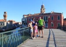 Famille de cinq avec trois enfants sur le pont de l'île o Images libres de droits
