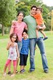 Famille de cinq heureuse image stock