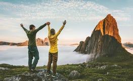 Famille de couples voyageant dans le mode de vie sain de montagnes Photo stock