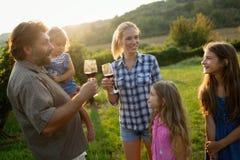 Famille de cultivateur de vin dans le vignoble avant la moisson Photographie stock