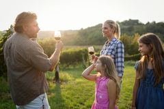 Famille de cultivateur de vin dans le vignoble avant la moisson Images libres de droits
