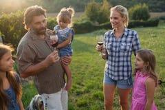 Famille de cultivateur de vin dans le vignoble avant la moisson Image libre de droits