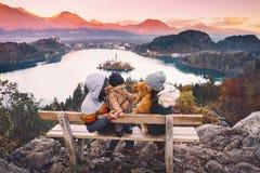 Famille de déplacement regardant sur le lac Bled, Slovénie, l'Europe Photographie stock libre de droits