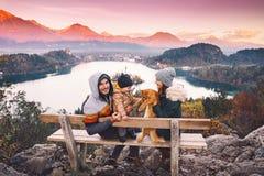 Famille de déplacement regardant sur le lac Bled, Slovénie, l'Europe Photos libres de droits