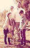 famille de ¿ d'ï» plantant l'arbre dehors Photos libres de droits