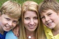 Famille de fils de mère Photographie stock libre de droits