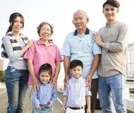 Famille de générations se tenant ensemble dehors Photographie stock