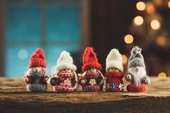 Famille de Gnomes sur la table en bois Photographie stock