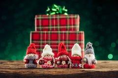 Famille de Gnomes sur la table en bois Photos stock