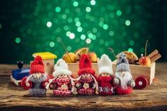 Famille de Gnomes sur la table en bois Images stock