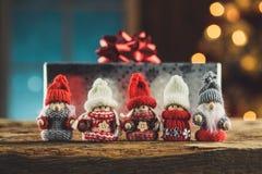 Famille de Gnomes sur la table en bois Photo libre de droits