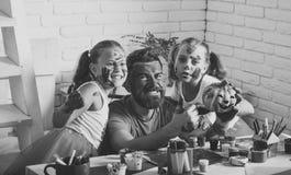 Famille de Halloween de l'homme et des filles en peinture avec le potiron Images stock