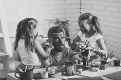 Famille de Halloween de l'homme et des filles en peinture avec le potiron Image stock