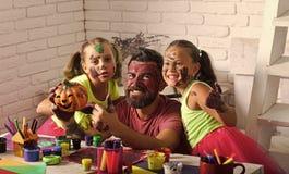 Famille de Halloween de l'homme et des filles en peinture avec le potiron Photo libre de droits