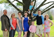 Famille de huit nombreuse sur le dimanche de Pâques Photo stock