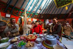 Famille de Kazakhs des chasseurs avec chasser l'intérieur d'aigles d'or leur le Yurts mongol images libres de droits