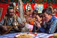 Famille de Kazakhs des chasseurs avec chasser l'intérieur d'aigles d'or leur le Yurts mongol images stock