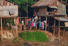 Famille de Khmer devant la maison d'échasse Photo libre de droits
