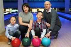 Famille de l'accroupissement dans le club pour le bowling Images libres de droits