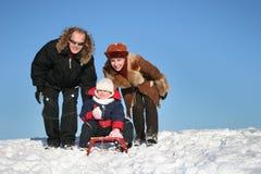Famille de l'hiver avec le traîneau Images stock
