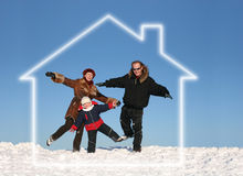 Famille de l'hiver dans la maison rêveuse Images stock