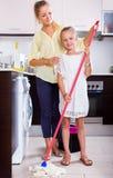 Famille de la cuisine deux de lavage Photos stock