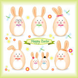 Famille de lapin de Pâques sous une forme d'oeuf Photo stock