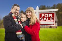 Famille de métis, maison et pour le signe de Real Estate de vente Image libre de droits
