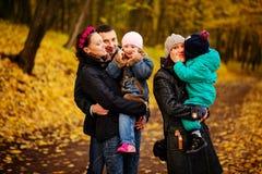 Famille de marche avec deux enfants en parc automnal Photographie stock