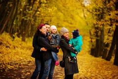 Famille de marche avec deux enfants en parc automnal Photos libres de droits