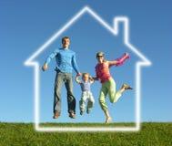 Famille de mouche avec la maison rêveuse photos stock