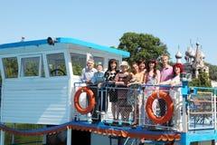 Famille de neuf personnes marchant sur le bateau de plaisance Images libres de droits
