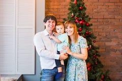 Famille de Noël avec l'enfant Parents heureux et enfants de sourire à la maison célébrant la nouvelle année Noël ma version de ve Photo libre de droits