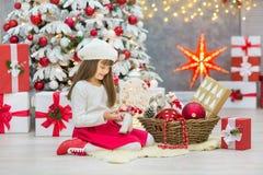 Famille de Noël cellebrating ensemble la fille et la mère de nouvelle année de vacances près de l'arbre blanc de Noël avec la nei Images libres de droits