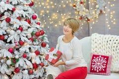 Famille de Noël cellebrating ensemble la fille et la mère de nouvelle année de vacances près de l'arbre blanc de Noël avec la nei Image stock