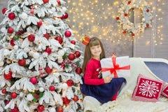Famille de Noël cellebrating ensemble la fille et la mère de nouvelle année de vacances près de l'arbre blanc de Noël avec la nei Image libre de droits
