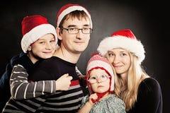 Famille de Noël heureux Enfants de Noël avec des parents Photographie stock libre de droits