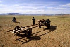 Famille de nomade sur le mouvement, Mongolie Photographie stock libre de droits